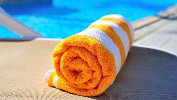 """La toalla, este imprescindible veraniego que nos acompaña a la playa o a la piscina durante todo esta época estival. Seguro que muchos de vosotros, no os preocupáis en si está a la moda o no, simplemente abrís la caja donde se queda durante el invierno esperando a salir por vacaciones. Esto se acabó, queremos que tengáis las toallas con más estilo del verano, porque las toallas no sólo secan, sino que, como un complemento más de nuestro vestuario, dice mucho sobre nosotros. • Clásicas, se trata de las toallas e algodón, sencillas con tonos lisos y clásicos e incluso algunas con los nombres bordados • Deportivas, si eres de los que opta por bañadores de marca deportiva, qué mejor que combinarlo con una toalla del mismo estilo. • Con diseño desenfadado, con gran variedad de colores y decoraciones cálidas para llamar la atención a todo paseante • Pijas, si eres un chico """"posh"""" y te niegas a dejar de serlo en vacaciones, que mejor que elegir toallas de marca para ser el más chic de la playa o piscina. Si tienes claro tu estilo, ahora viene otra parte importante ¿cómo elegir la más adecuada? Para ello debes tener en cuenta el tamaño, si quieres que te sirva para tenderte en la playa o simplemente para secarte y el grosor, ya que aunque lo ideal es el algodón, las toallas de Decathlon de microfibra son ideales si tu intención es secarte. Así que ya sabes, cómo diría la canción de puturrú de fuá """"No te olvides la toalla, cuando vayas a la playa"""""""