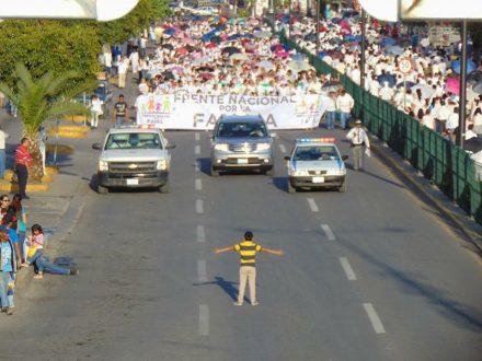 Niño parando manifestación contra la familia homoparental