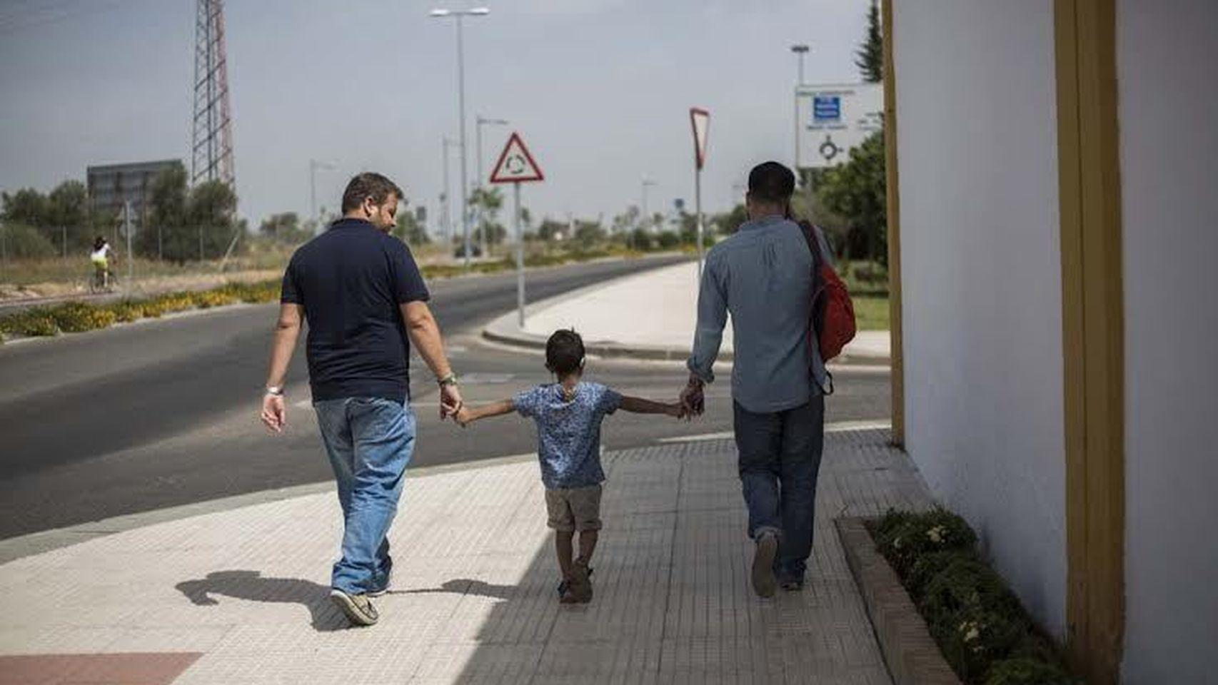 Padre Ángel bautiza a hijos de parejas gay