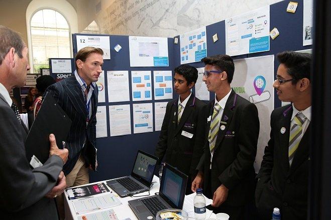 Los tres jóvenes creadores del S.T. EYE exponen su proyecto a un popular presentador británico. TEEN TECH