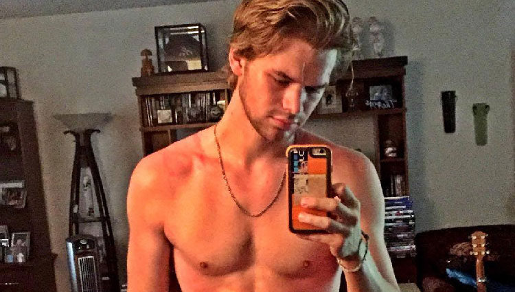 Photo of Kenton Duty y otros actores de 'Teen Wolf' masturbándose
