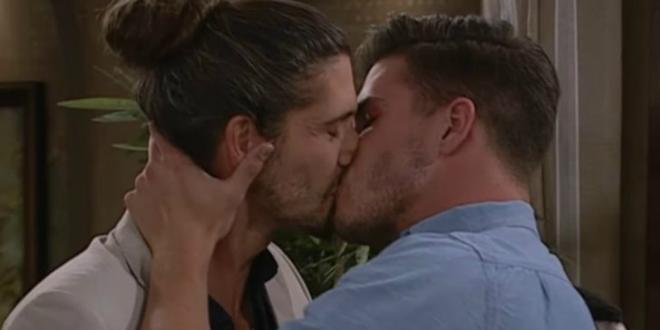 La serie más longeva de Sudáfrica emite su primer beso gay en 17 años.