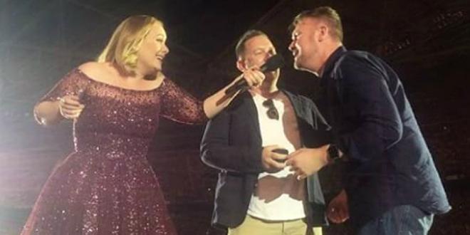Adele ayuda a una pareja gay a pedirse matrimonio