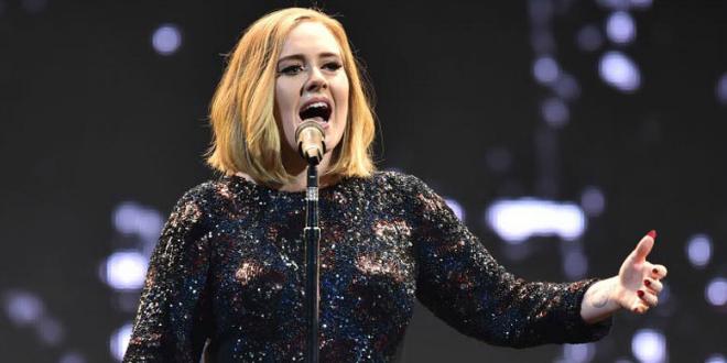 Adele huye por todo el escenario debido al ataque de un murciélago