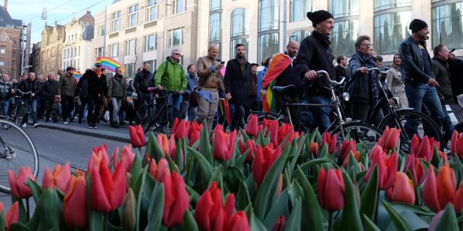 Photo of 2.000 personas de la mano por las calles de Ámsterdam contra la homofobia