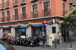 Cuatro denuncias en un día por colgar una bandera arcoíris en un bar