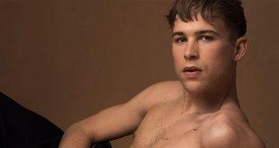 Tommy Dorfman ('Por 13 razones') se desnuda en la revista Gaytimes