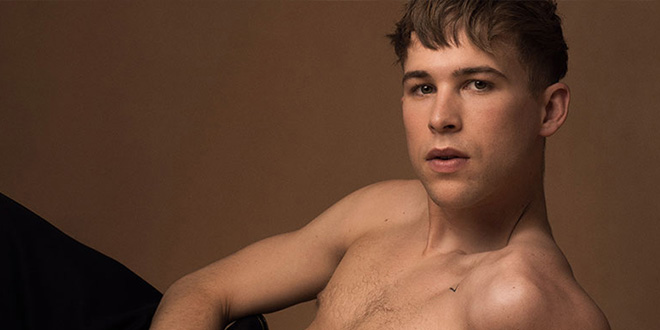 Photo of Tommy Dorfman ('Por 13 razones') se desnuda en la revista Gaytimes