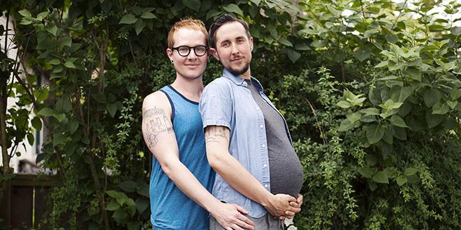 Un hombre trans, embarazado de su marido, da a luz a su hijo biológico