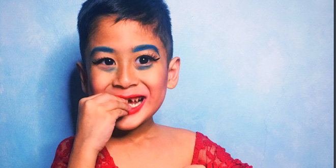 Photo of Una madre y su niño juegan a ser 'drag queens' y el resultado es maravilloso