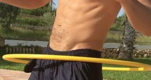 Se hace viral un hombre sin ropa interior jugando al hula hoop