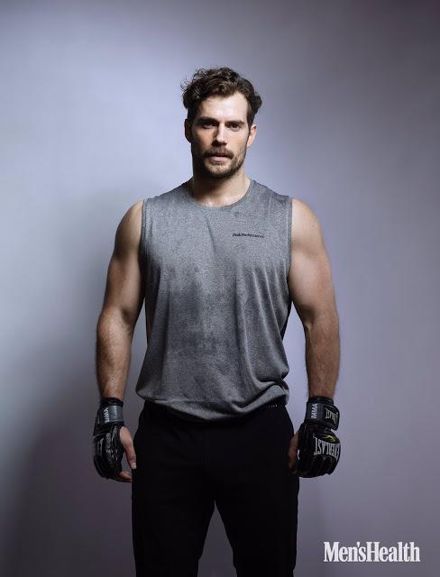 Un hombre a dos brazos superlativos pegados