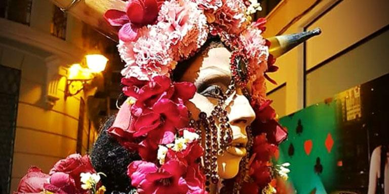 ¿Quién es Nefertiti Castro? Bueno Nefertiti es un personaje que nace hace tiempo a raíz de una quedada entre amigos hace mucho para un Orgullo Gay. Esa misma noche me propusieron trabajar en una sala de la Nogalera donde estuve varios años trabajando hasta que conseguí concursar en 'Fama Travesti', un certamen organizado por Sohokopas en Fuengirola. Hoy es parte de mi, un personaje que deja fluir mis sentimientos en todos los sentidos, me deja crear imágenes diferentes, fusionar estilos, modas y fantasías que solo un personaje así puede sacar a la luz. ¿Es la primera vez qué te presentas a una Gala Drag? No, no es mi primer año es el noveno, aunque, sí que es verdad que no han sido todos. Recuerdo un que un año desilusionado por invertir dinero, esfuerzo, ilusión y no conseguir nada decidí no presentarme al siguiente. Fui como espectador, pero me di cuenta que ese no era mi sitio, que necesitaba estar arriba del escenario mostrándole a la gente un poco más de quien soy realmente. ¿Qué has querido transmitir desde tu fantasía? El mensaje de mi fantasía ha sido que no hay limites en el arte mientras todo se haga desde el corazón y con sentimiento, también he querido dar a entender que todo arte se transforma, el flamenco que es mi cuna lo que me corre por dentro, la pintura, la música y como no el mundo drag también evoluciona, esa seria la palabra perfecta (sonríe). En mi fantasía hay flamencodrag o flamencohouse, una fusión de ambas y para mi eso es evolucionar musical y artísticamente hablando. ¿Qué opinas de este tipo de celebraciones? ¿Qué cambiarías? Pienso que los concursos drag que empezaron siendo mayormente para publico LGTB, hoy en día se han convertido en acto cultural visitado por toda clase de publico, donde artistas como nosotros no tienen miedo a soñar. Cambiaría muchas cosas, pero esta claro que no soy un hada madrina, pero sí destacaría una cosa que por muy insignificante que parezca marcaría una gran diferencia en el mundo en que vivimos: una mayor 
