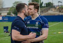 Deportistas gays se besan