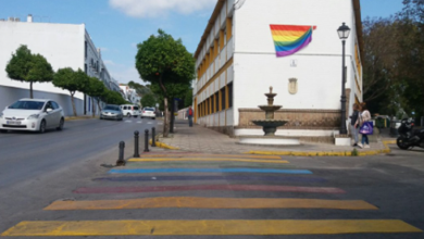 Arrancan la Bandera LGBTIQ en Arcos de la Frontera