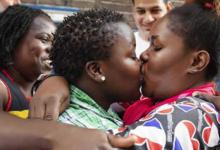 """Besada lésbica"""" contra monjas por la expulsión de refugiada gay en Holanda"""