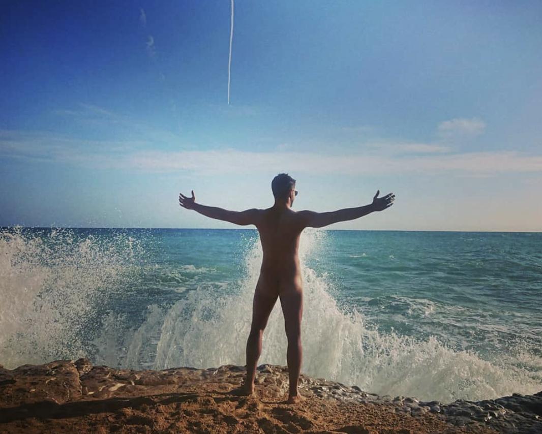 Maxi Iglesias desnudo