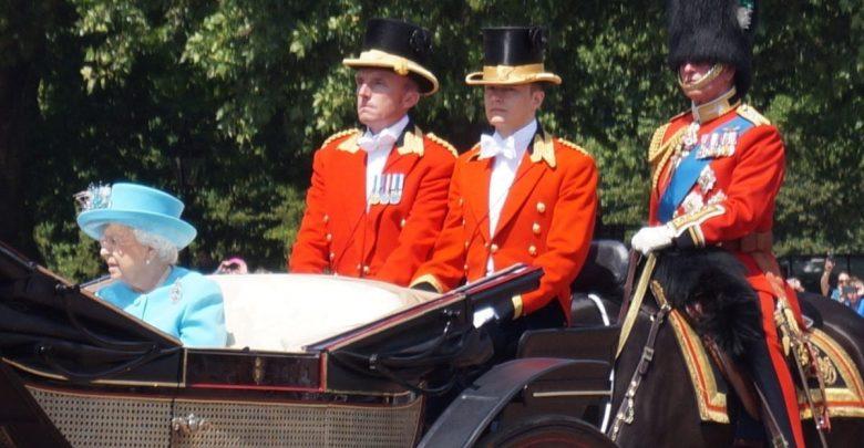 El primer lacayo abiertamente gay de la reina fue degradado de su puesto
