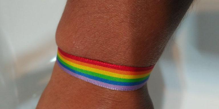 socorrista pulsera arcoíris