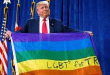 Trump sostiene una bandera LGTB. Fuente - Carlo Allegri.