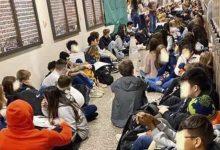 Photo of Los alumnos de un colegio católico protestan tras el despido de dos profesores homosexuales