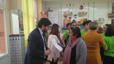 Photo of Una madre evita que su hija con discapacidad asista a la visita del presidente de Murcia