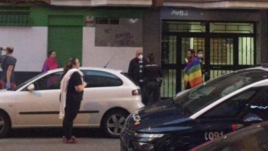 Photo of Manifestantes de una cacerolada insultan a un joven por llevar la bandera arco iris el Día Internacional contra la LGTBIfobia