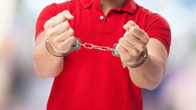 Photo of Un hombre ahoga a su novio con una cadena delante de sus padres