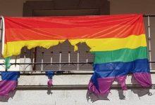 Photo of Queman la bandera LGTB+ y el Ayuntamiento responde colgando una mayor