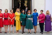 Photo of Diputadas polacas se visten con los colores de la bandera LGTB+ para la toma de posesión del presidente Duda
