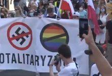 Photo of Nacionalistas polacos queman una bandera LGTB+ en Varsovia
