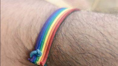 """Photo of Homofobia por llevar una pulsera arcoíris: """"No quiero que a mi hijo lo atienda un degenerado"""""""