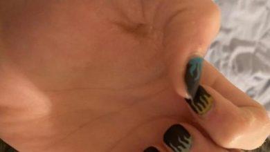 joven pintura de uñas