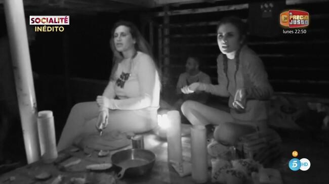 Lara Sajén y Alexia Rivas en el barco encallado